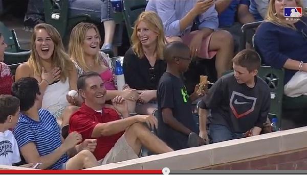 美女にファールボールをプレゼントした少年に全米熱狂・・・しかし、隠された真実が!