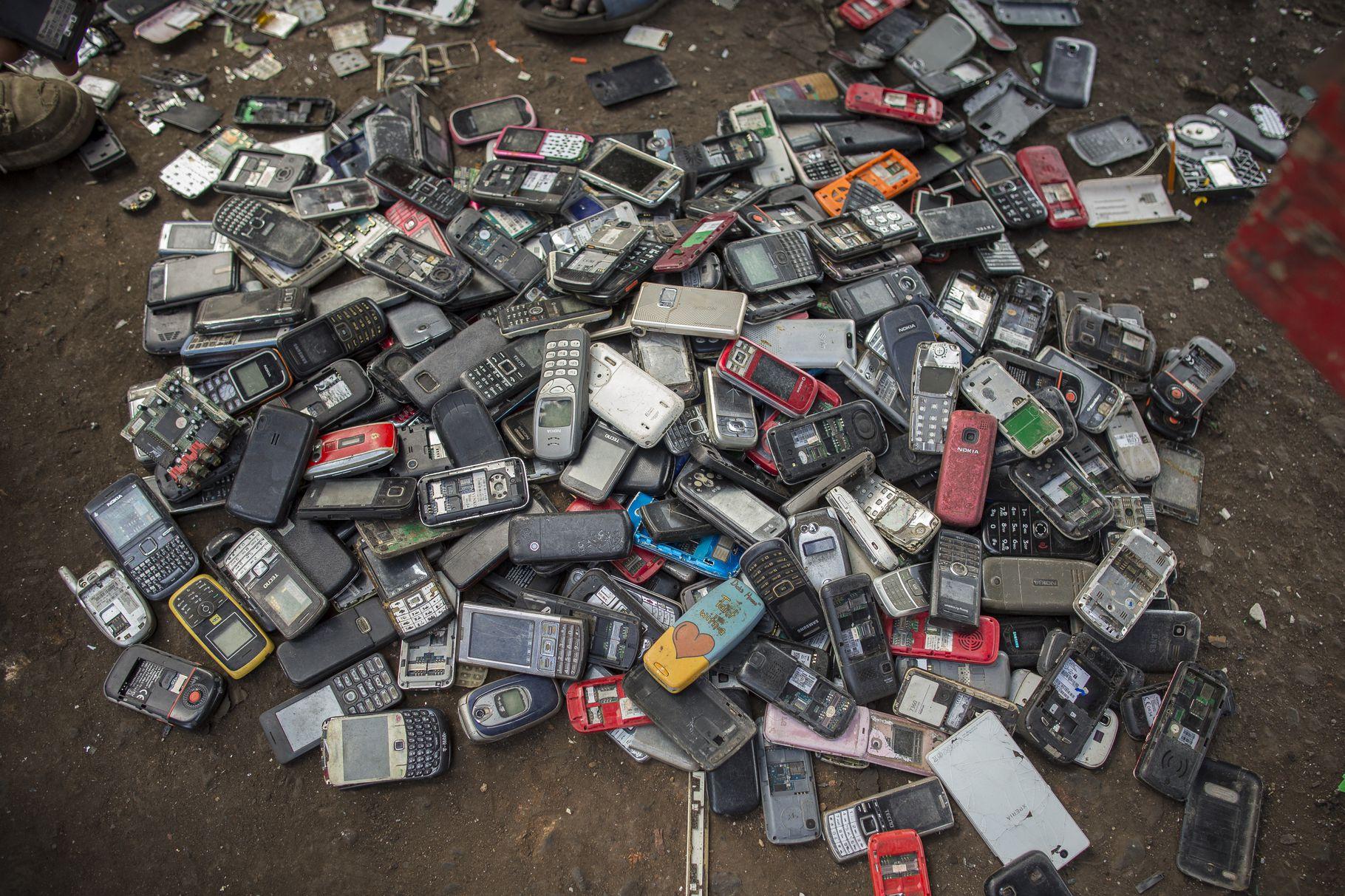 ¿Se reciclan realmente los móviles que tiramos a la basura?