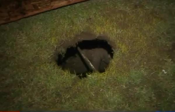 自宅の庭にできた深さ6メートルの穴に転落した少女が奇跡的に助かる!【動画】