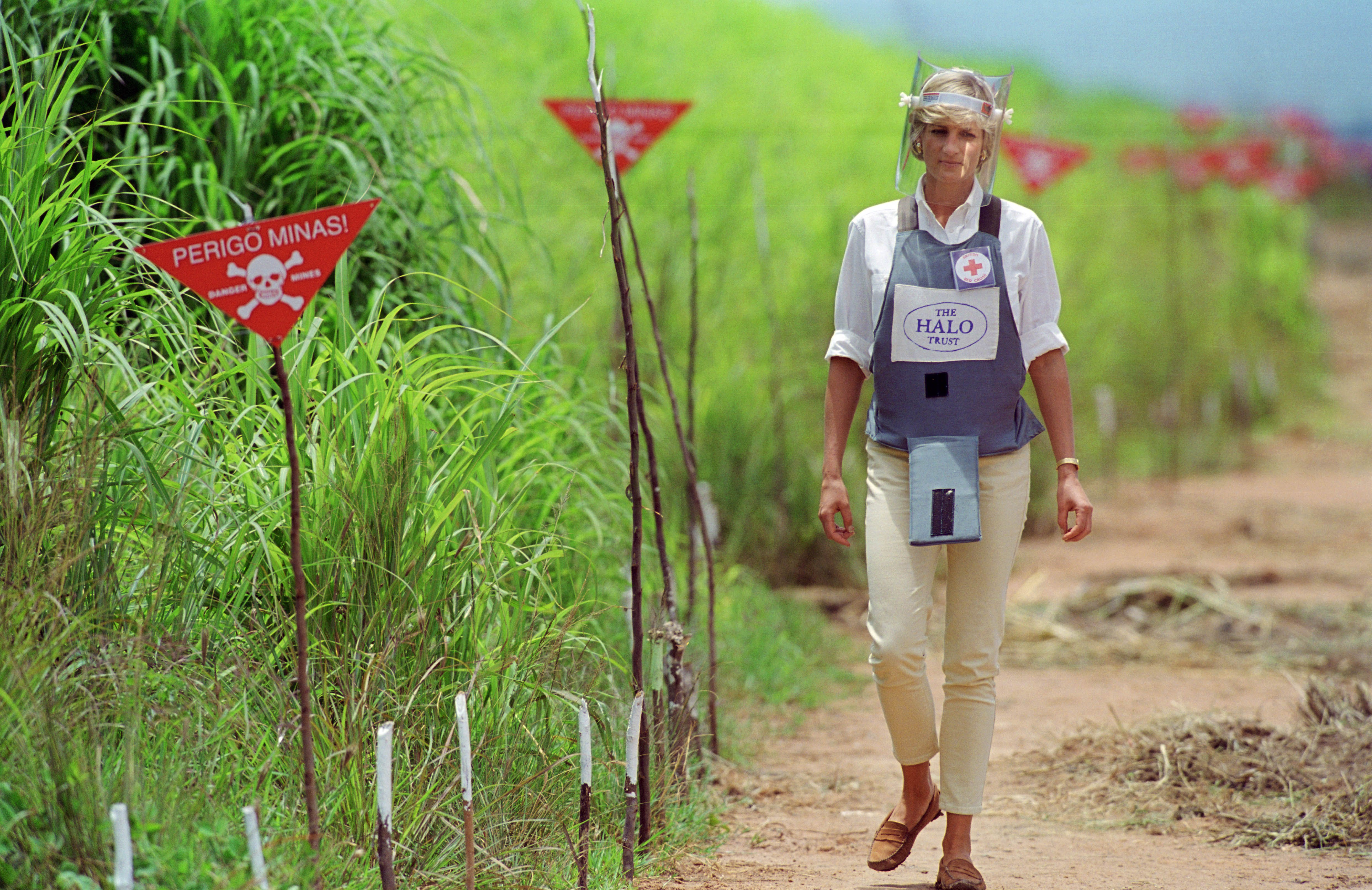 ANGOLA - JANUARY 05:  Diana, Princess of Wales wearing protective body armour and a visor visits a landmine minefield being cleared by the charity Halo in Huambo, Angola  (Photo by Tim Graham/Getty Images)