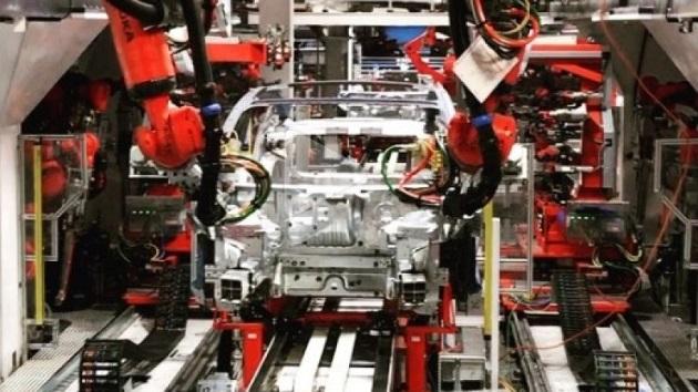 テスラのイーロン・マスクCEO、生産が遅れている「モデル3」の生産ラインの映像を公開