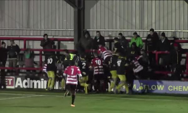 サッカーの試合後にマジギレしたキーパーが観客に殴りかかって大乱闘!