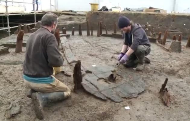 【ビデオ】青銅器時代の巨大な車輪が英国で出土
