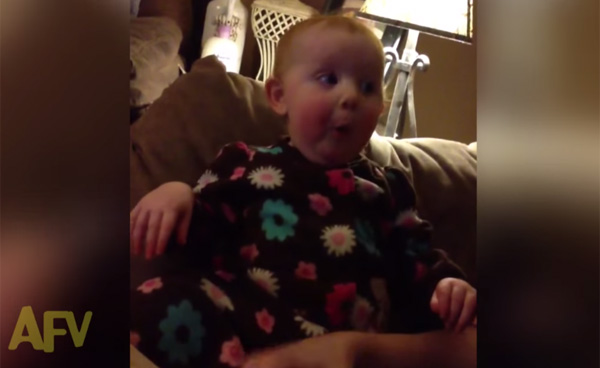 赤ちゃんに本を見せたら、いちいちモノすごい表情になって可愛すぎる【動画】