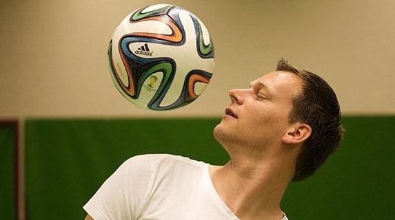 肩、スネ、足裏…体中いたる所でリフティングする男がまた世界記録を更新!【動画】