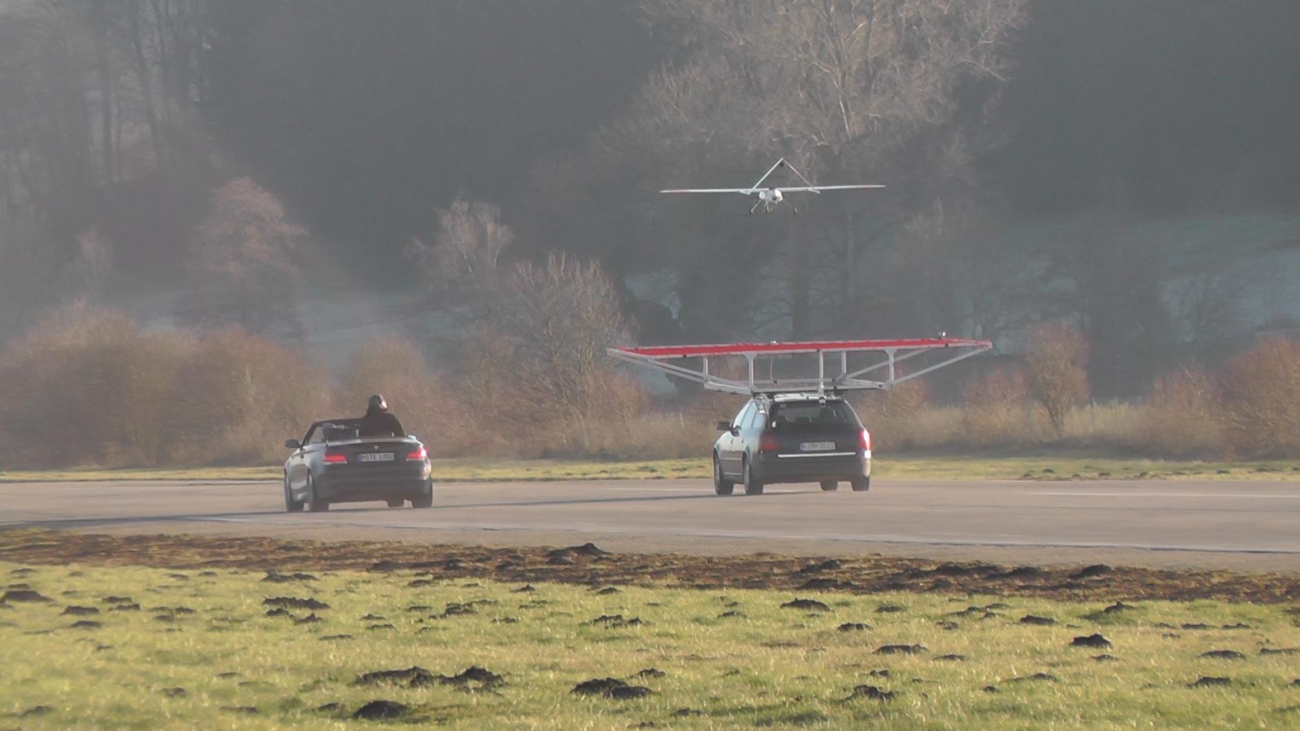 Drohne landet auf fahrendem Auto
