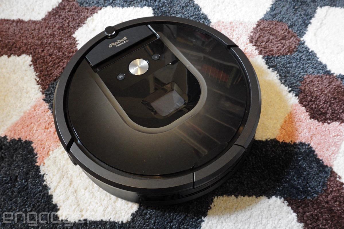 Este perro se aburre y ha encontrado un nuevo amigo: Roomba