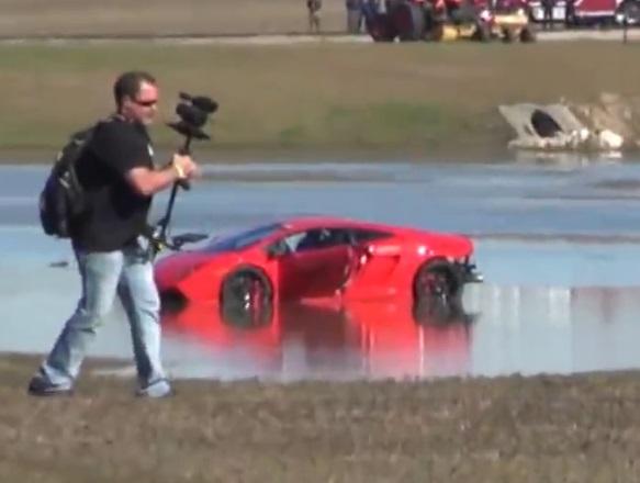 Lamborghini Gallardo fährt in den See