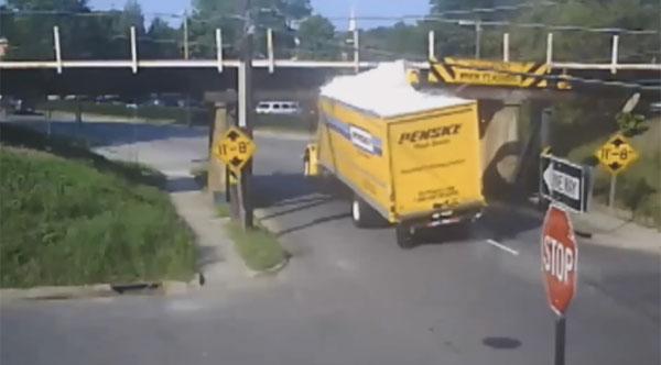 嫌がらせかよ!低すぎる「魔の橋」に100台以上のトラックが餌食に【動画】