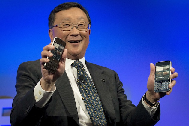 BlackBerry Chief Executive John Chen shows two future models of the new Blackberry Classic smartphone during a launch event for in New York, December 17, 2014.  REUTERS/Brendan McDermid (UNITED STATES - Tags: BUSINESS SCIENCE TECHNOLOGY TELECOMS)