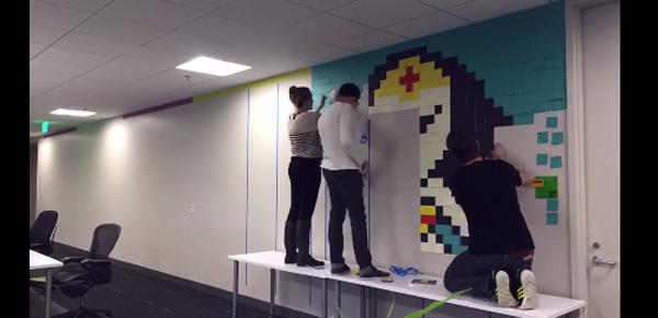 ポストイット8000枚で作られたアメコミヒーローのオフィスの壁がスゴすぎる【動画】