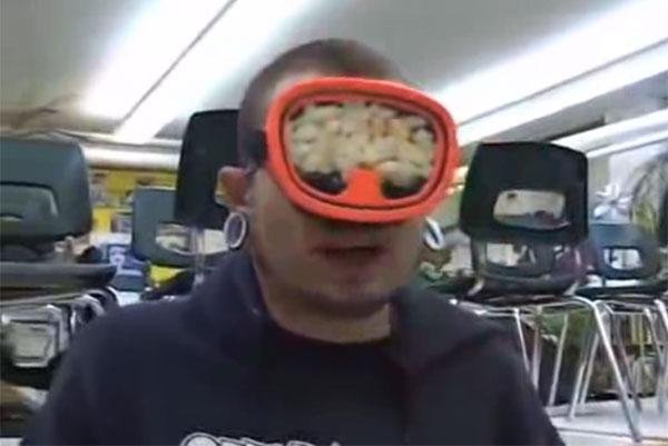 暑すぎて玉ねぎと激辛ソースを詰めたゴーグルを装着するバカが出現www【動画】
