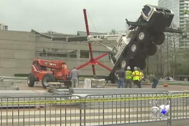【ビデオ】巨大なアートが出現!? 作業中のクレーン車が美術館で転倒