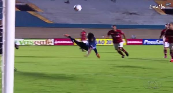 ブラジルサッカーで超絶スーパーゴールが話題に 「今年のベストゴール!」【動画】