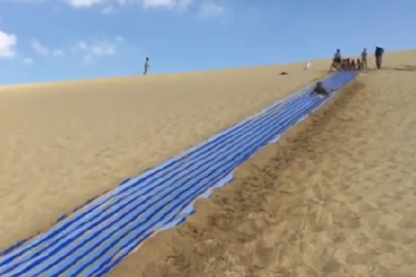 エジプト砂漠地帯のオアシスにウォータースライダーが誕生!【動画】