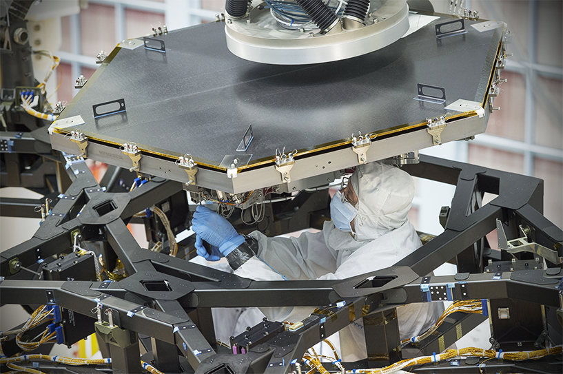 NASA installs the first mirror on the Hubble's replacement