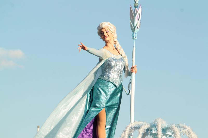 皆で楽しくレリゴー! 雪が舞う美しい「フローズンファンタジーパレード」は鑑賞必達!