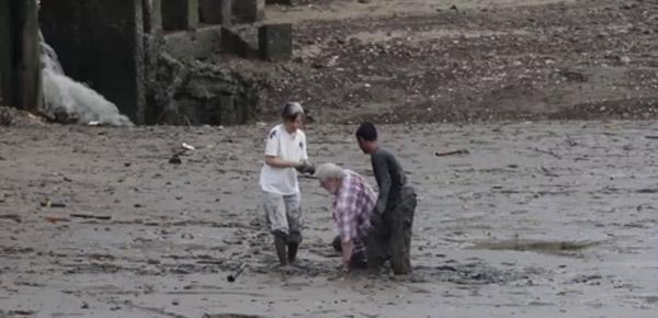 泥にハマった観光客を救出!現実社会のスーパーヒーローに世界中から絶賛の嵐【動画】