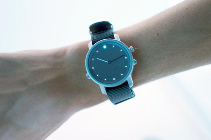 LunaR: Semi-smarte Smartwatch mit Solarladung