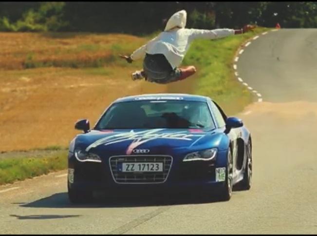Car Jump, CarJump, featured, gefährlich, Hüpfen, Koch, leichtsinnig, Sprung über Autos, SprungÜberAutos, Unfall, Unglück, Video, Wetten dass..., WettenDass..., Audi R8, Video, Finn, Adi R8