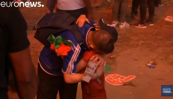EURO敗北にメソメソする仏サポーターを全力で慰めるポルトガルの少年・・・アツい友情動画が話題に