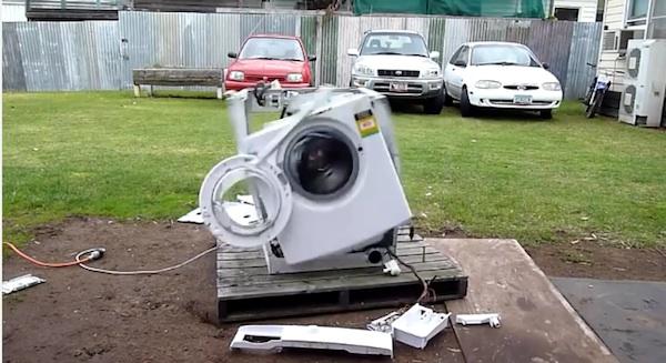 意味ねえ!洗濯機に重たい金属を入れて回してみるとスゴい事になる【動画】