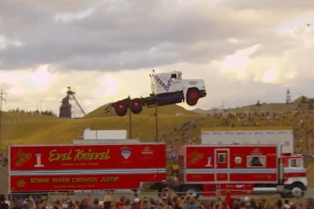 【ビデオ】セミトラクターで約51メートルをジャンプ! 世界記録を見事更新