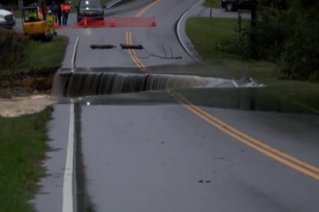【ビデオ】豪雨の影響で冠水した道路が陥没する瞬間の映像!