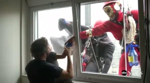 清掃スタッフが病気の子供たちのためにスーパーヒーローのコスプレを着てお仕事!