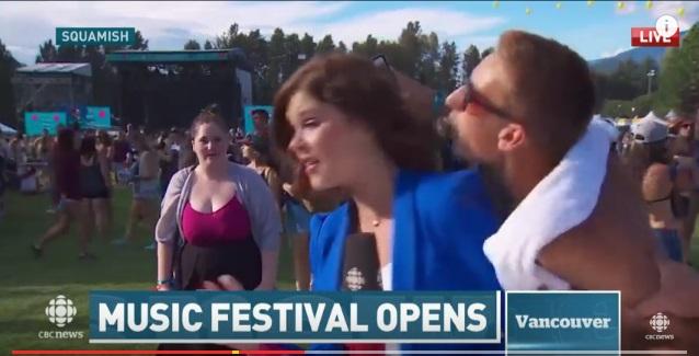 夏フェスで生放送中の女性リポーターにバカがキスをする放送事故!【動画】