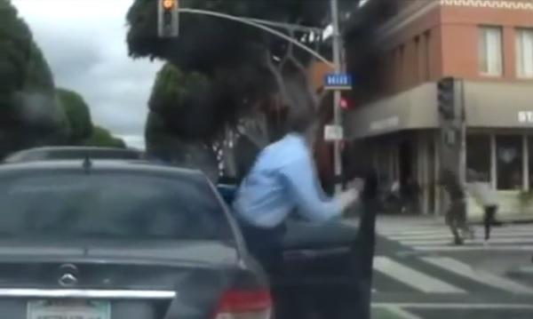 目の前で突然ひったくりが! 犯人を追いかける勇敢な男性を車載カメラがキャッチ