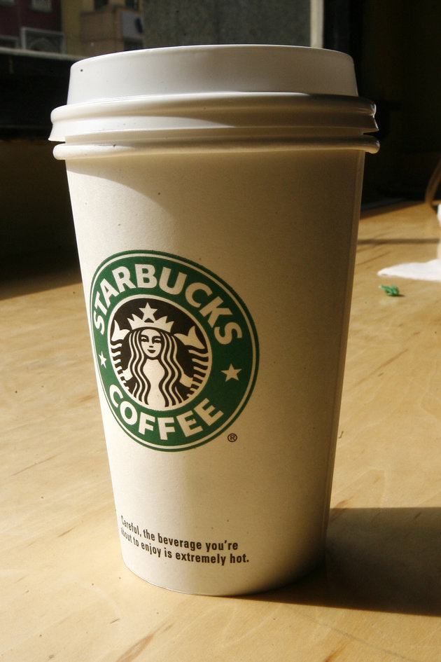 A cup of coffee sits at a Starbucks coffee shop in New York, March 14, 2007. REUTERS/Keith Bedford (UNITED STATES)