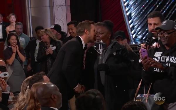 『ラ・ラ・ランド』ライアン・ゴズリング、アカデミー賞授賞式で女性の頬にキスをする姿が早速ネタにされる