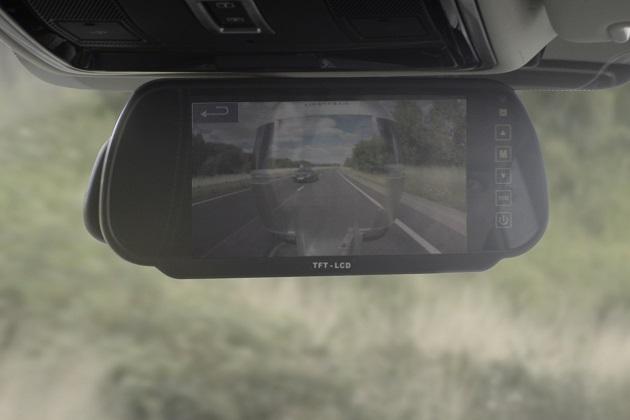 【ビデオ】ランドローバー、牽引しているトレーラーの後方が透けて見える安全技術を開発!