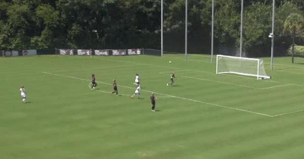 女子サッカーのゴールキーパーが超ロングシュート→敵チームのゴールネットに直接突き刺さる