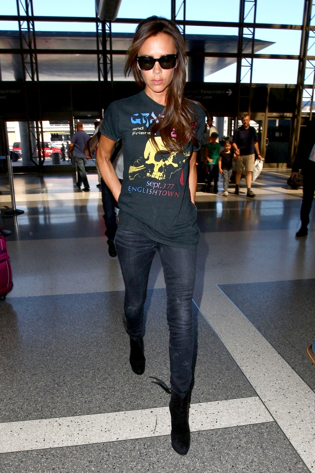 Victoria Beckham rock chick skull tee at LAX Airport