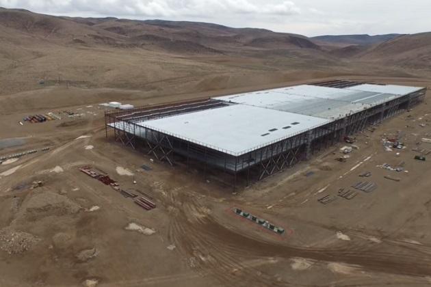 【ビデオ】テスラの巨大電池工場「ギガファクトリー」をドローンで上空から撮影!