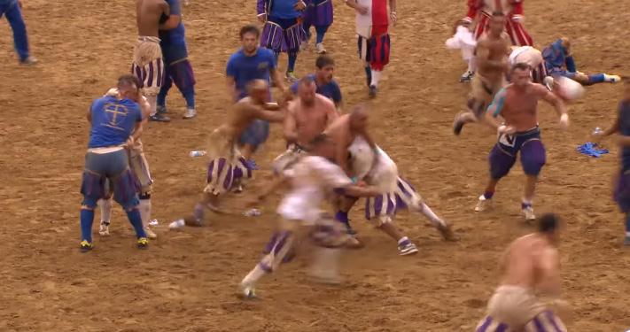 ラグビー&格闘技!? 世界一危険な球技「フレンツェ・フットボール」が今年も開催