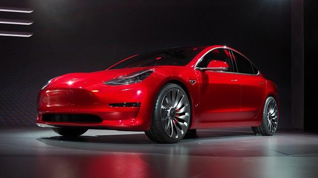 テスラ、待望の新型電気自動車「モデル3」を公開! 初日に11万5,000件の予約を受注