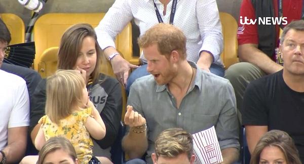 ハリー王子、女の子にこっそりポップコーンを食べられた時のほほ笑ましい姿をキャッチされる【映像】