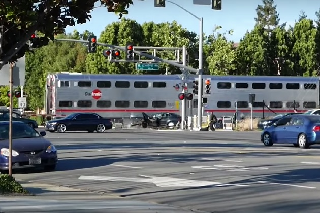 【ビデオ】衝突寸前! 警官が線路内のクルマからドライバーを救出