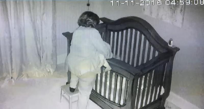 ベビーベッドに赤ちゃんを運ぼうとしたおばあちゃんに悲劇が・・・【動画】