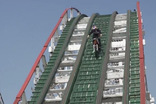 【ビデオ】何と宙返りまで! ジェットコースターのレール上をオートバイでトライアル