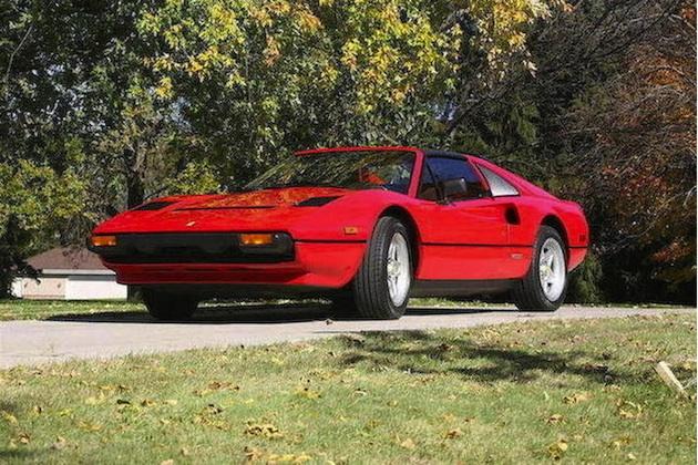 米国の人気ドラマ『私立探偵マグナム』で主役が乗った1984年型フェラーリ「308GTS QV」がオークションに出品
