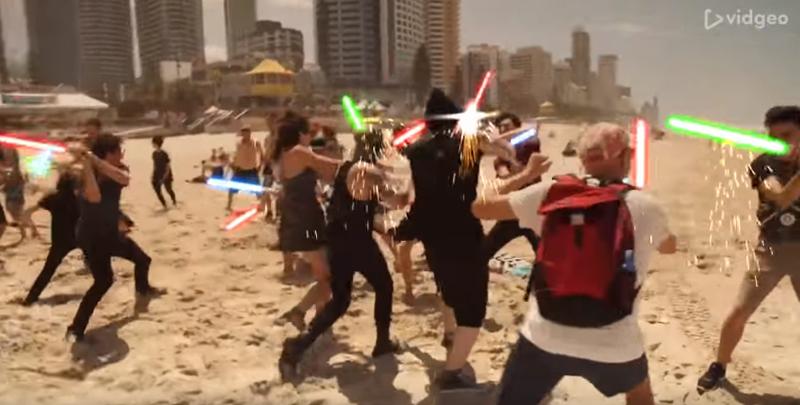 ビーチで突然始まる宇宙戦争に周囲ポカーン CG編集ありの『スター・ウォーズ』フラッシュモブ【動画】