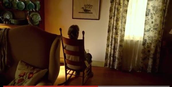部屋の中からお婆ちゃんの楽しそうに笑う声が・・・何を観て笑っているのか?シャマラン監督最新作『ヴィジット』衝撃映像