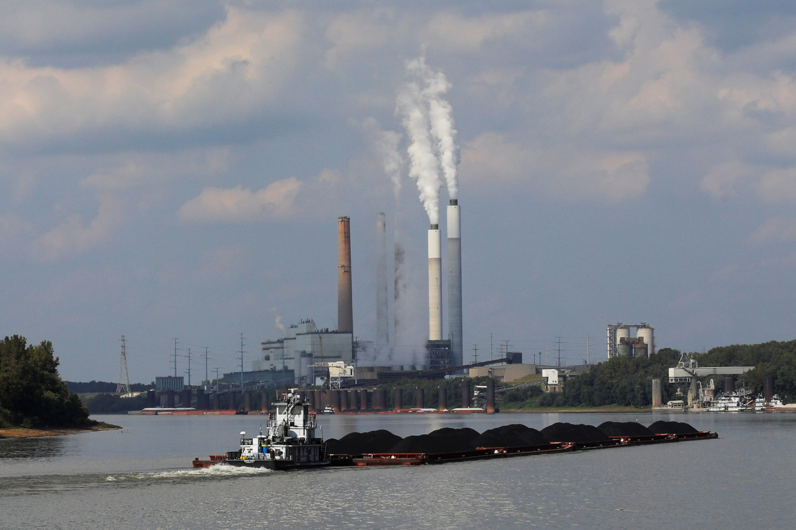 A towboat pushes barges towards the Mill Creek Station power plant on the Ohio River in Louisville, Kentucky, U.S., September 15, 2017.  According to the company, Louisville Gas and Electric, Mill Creek Station is a coal-fired power plant producing over 1400 megawatts of power and burning approximately 4.8 million tons of coal per year.  Photograph taken at N38°01.086' W85°55.598'.  Photograph taken September 15, 2017.   REUTERS/Brian Snyder