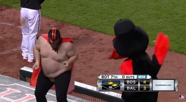 踊れるデブが大リーグの試合を盛り上げる!謎の半裸マスクマンがウザすぎる【動画】
