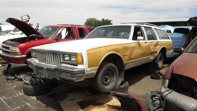 木目調の装飾が懐かしい、1987年型ポンティアック「サファリ」を廃車置場で発見