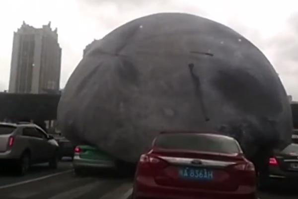 台風の突風により中国の街中で巨大な風船が大暴れ【動画】
